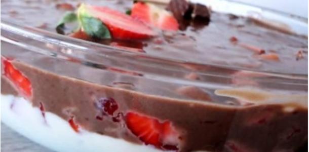 Receita Torta Gelada de Bis e Morango