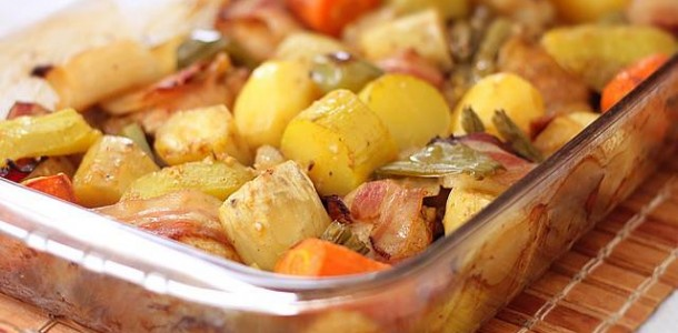Frango assado com legumes e bacon