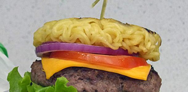 receita hambúrguer de macarrão instantâneo