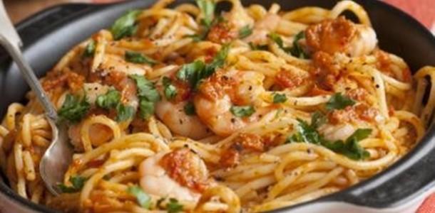 receita espaguete com camarão