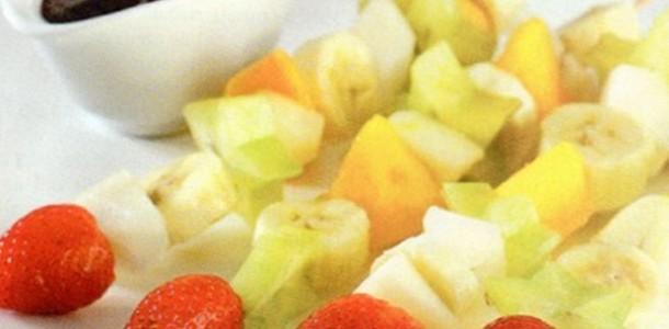 receita espetinho fruta e chocolate