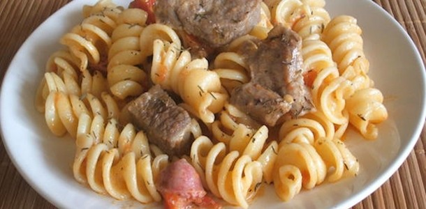 receita massa com carne e salsicha