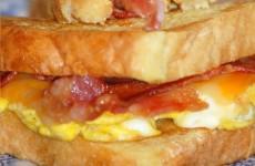 receita tostado com ovo mexido e bacon