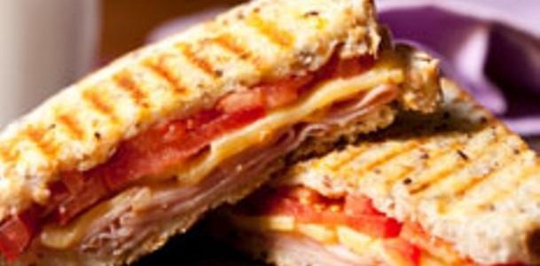 sanduíche quente com tomate