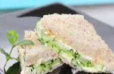mini sanduíches de atum
