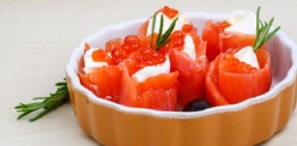 enroladinhos de salmão com caviar