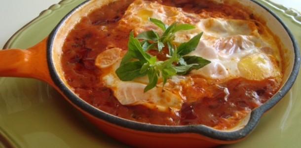 ovos pochê ao molho de tomate