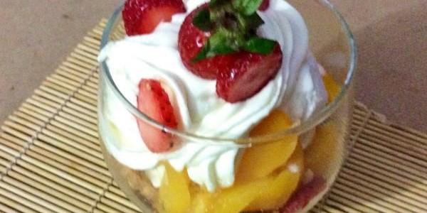 sobremesa gelada de pêssego com morango