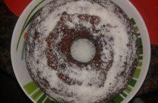 bolo com cobertura de chocolate