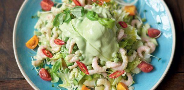 salada de camarão com legumes crocantes